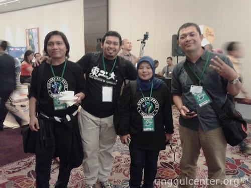 berfoto bersama rekan Blogger Reporter